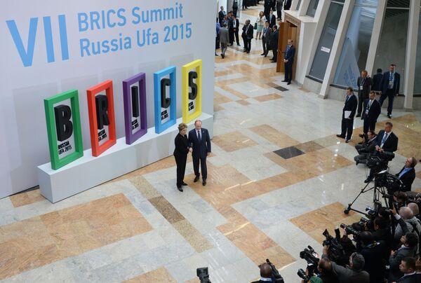 Prezydent Rosji Władimir Putin i prezydent Brazylii Dilma Rousseff podzczas ceremonii powitania liderów krajów BRICS - Sputnik Polska