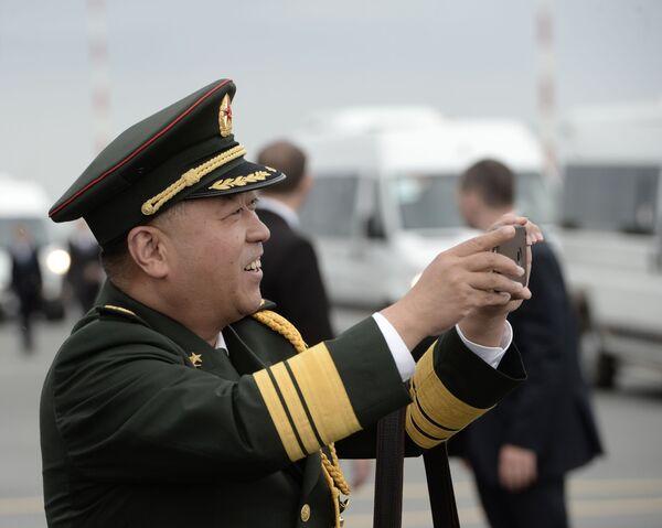Uczestnik ceremonii powitania przewodniczącego Chińskiej Republiki Ludowej Xi Jinpinga na lotnisku w Ufie - Sputnik Polska