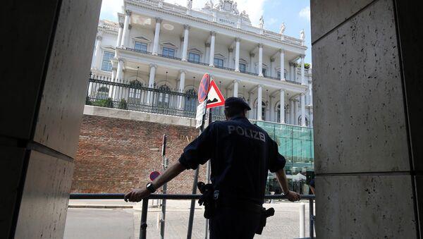 Policjant przed hotelem Palais Coburg w Wiedniu - Sputnik Polska