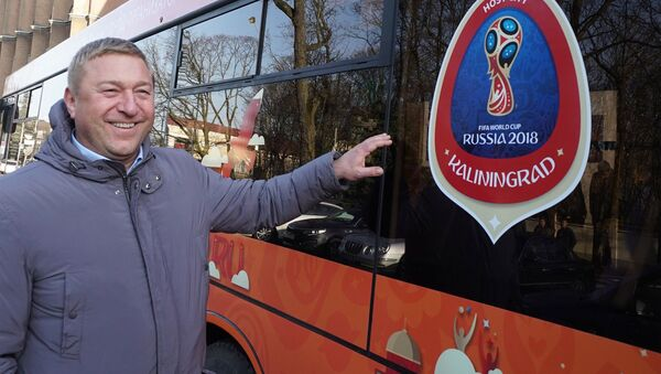 Mer miasta Aleksander Jaroszuk obok autobusu miejskiego Kaliningradu z symboliką MŚ 2018 - Sputnik Polska