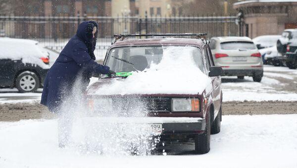 Kobieta czyści samochód ze śniegu - Sputnik Polska
