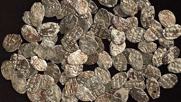 Monety ze skarbu Piotra I znalezionego w Moskwie - Sputnik Polska
