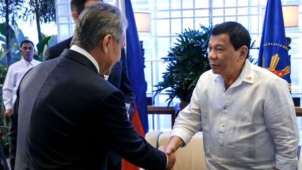 Minister obrony Rosji Siergiej Szojgu i prezydent Filipin Rodrigo Duterte - Sputnik Polska