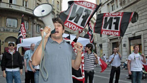 Aktywiści włoskiej partii prawicowej Forza Nuova wykrzykujący hasła i rozmachujący flagami - Sputnik Polska