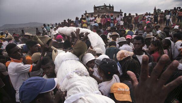 Famadihana – obrzęd pogrzebowy na Madagaskarze - Sputnik Polska