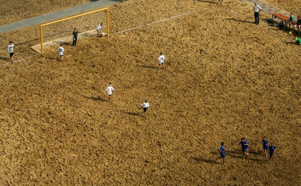 Dzieci grają w piłkę nożną, Niżny Nowogród, Rosja - Sputnik Polska