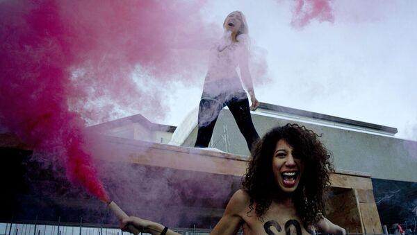 Aktywistki organizacji FEMEN podczas akcji - Sputnik Polska