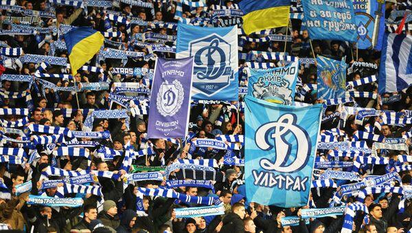 Kibice drużyny piłkarskiej Dynamo Kijów na trybunie podczas meczu. Zdjęcie archiwalne - Sputnik Polska