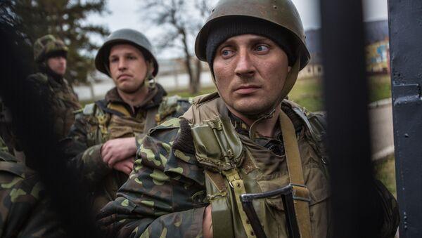 Ukraińscy wojskowi na terytorium bazy wojskowej w wiosce Pierwalnoje niedaleko Symferopolu - Sputnik Polska