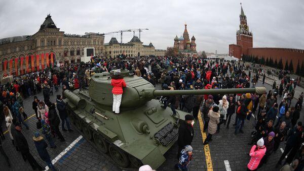 Czołg na Placu Czerwonym, gdzie przeszedł marsz poświęcony 76. rocznicy wojskowej parady 1941 r. - Sputnik Polska