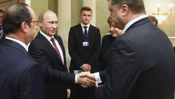 Prezydent Rosji Władimir Putin ściska rękę prezydentowi Ukrainy Petrowi Poroszence na spotkaniu w Mińsku. 11.02.2015 - Sputnik Polska