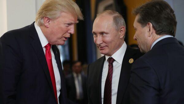 Prezydent USA Donald Trump i prezydent Rosji Władimir Putin podczas przerwy w posiedzeniu roboczym liderów gospodarek APEC - Sputnik Polska