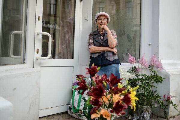 Sprzedawczyni kwiatów na ulicy w Niżnym Nowogrodzie - Sputnik Polska