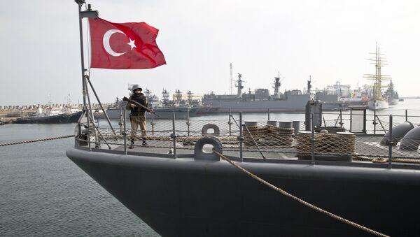 Turecki wojskowy na pokładzie fregaty TCG Turgutreis podczas ćwiczeń NATO. Zdjęcie archiwalne - Sputnik Polska