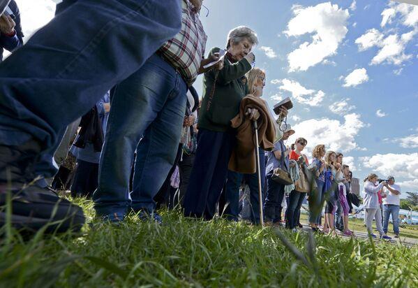 """Ludzie modlą się przy morskiej bazie Mar del Plata podczas poszukiwań okrętu podwodnego """"San Juan"""" w Argentynie - Sputnik Polska"""