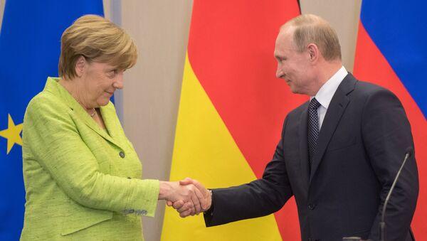Kanclerz Niemiec Angela Merkel i prezydent Rosji Władimir Putin w czasie konferencji prasowej - Sputnik Polska