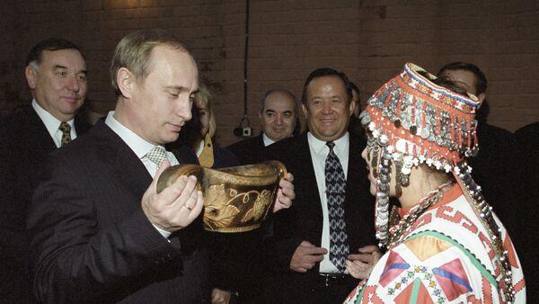 Władimir Putin pije tradycyjny czuwaszski napój - Sputnik Polska