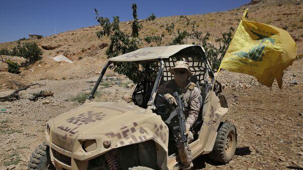 Członek ruchu Hezbollah w pobliżu libańsko-syryjskiej granicy  - Sputnik Polska