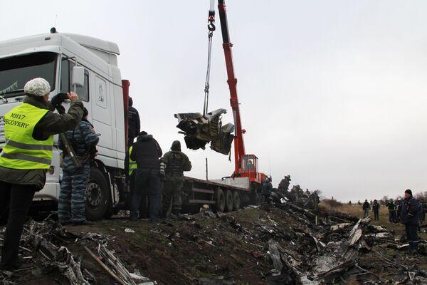Funkcjonariusze Ministerstwa Spraw Nadzwyczajnych Donieckiej Republiki Ludowej na miejscu katastrofy malezyjskiego Boeinga 777 w obwodzie donieckim - Sputnik Polska