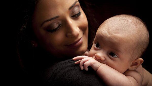 Молодая восточная женщина с новорожденным - Sputnik Polska