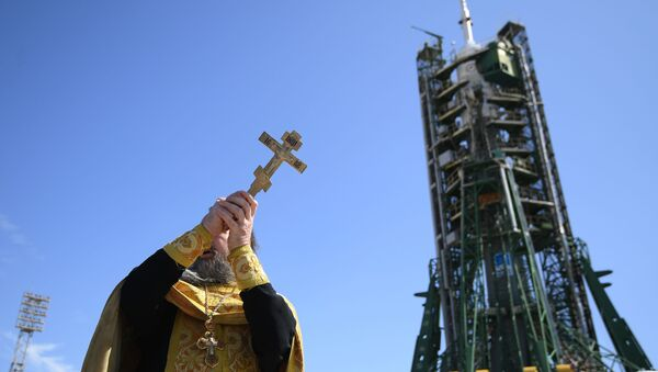 Duchowny święci rakietę nośną Sojuz FG - Sputnik Polska
