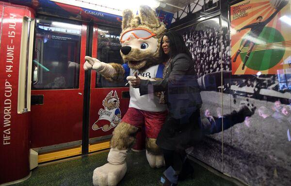 Wilk Zabiwaka, maskotka piłkarska MŚ 2018 na prezentacji oficjalnego pociągu MŚ-2018, poświęconego historii Mistrzostw Świata w Piłce Nożnej - Sputnik Polska