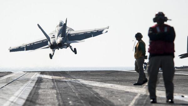 Samolot typu Super Hornet F/A-18F startuje z pokładu USS George H.W. Bush - Sputnik Polska