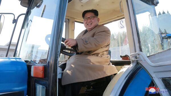 Przywódca Korei Północnej Kim Jong Un w zakładzie produkującym ciągniki w Korei Północnej - Sputnik Polska