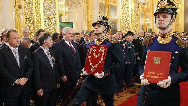 Specjalnie przygotowany egzemplarz oficjalnego tekstu Konstytucji Federacji Rosyjskiej 1993 roku i insygnia prezydenta Federacji Rosyjskiej na ceremonii oficjalnego objęcia stanowiska prezydenta Federacji Rosyjskiej Władimira Putina, 2012 rok - Sputnik Polska