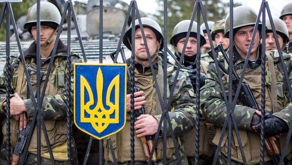 Ukraińścy wojskowi na terytorium bazy wojskowej we wsi Perewalnoje niedaleko Symferopolu - Sputnik Polska