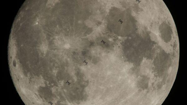 Międzynarodowa Stacja Kosmiczna z szęściosobową załogą na pokładzie na tle Księżyca - Sputnik Polska
