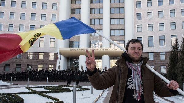 Uczestnik akcji protestacyjnej w Kiszyniowie pod budynkiem Parlamentu Republiki Mołdawii - Sputnik Polska