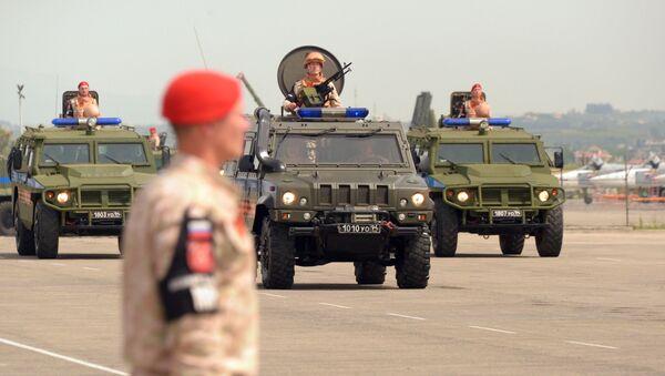 Defilada wojskowa w rosyjskiej bazie lotniczej Hmejmim w Syrii - Sputnik Polska