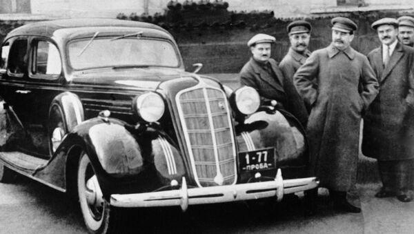 Józef Stalin, Wiaczesław Mołotow, Anastas Mikojan, Sergo Ordżonikidze, Iwan Lichaczow przy nowym samochodzie ZiS-101 na terenie Kremla - Sputnik Polska