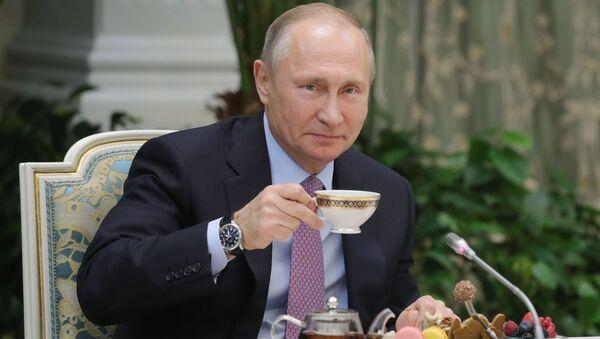 Władimir Putin pije herbatkę - Sputnik Polska