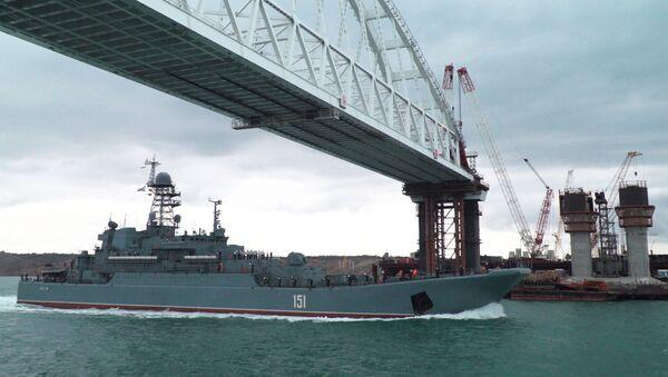 Okręt desantowy Floty Czarnomorskiej płynie po Zatoce Kerczeńskiej - Sputnik Polska