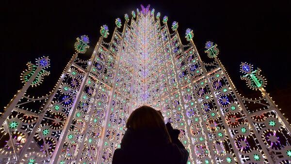 Световая инсталляция в виде рождественской ели на центральной площади Турина, Италия - Sputnik Polska