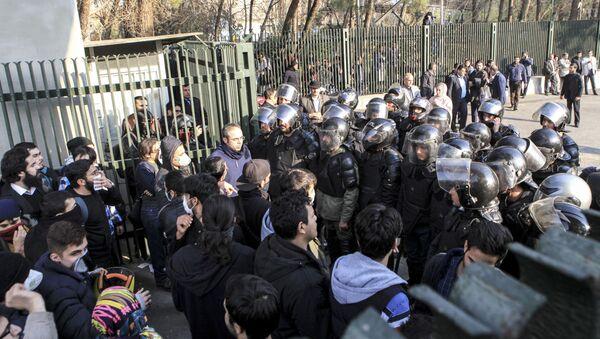 Studenci podczas protestów w Iranie - Sputnik Polska