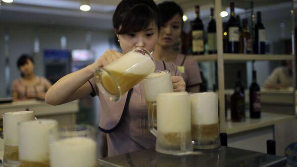 Kelnerki rozlewające piwo w jednym z barów w Pjongjangu - Sputnik Polska