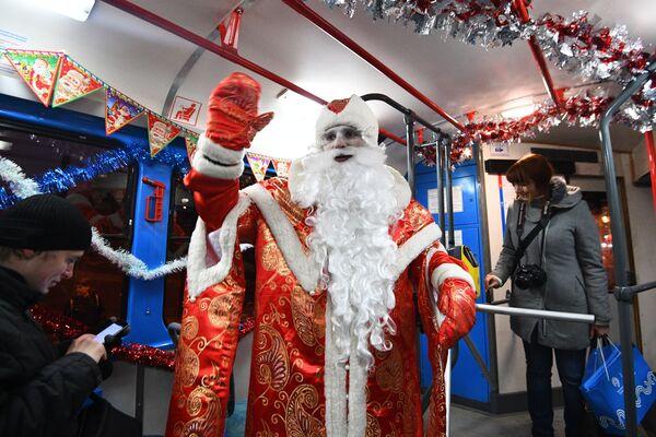 Stołeczna komunikacja miejska liczy na to, że świąteczne tramwaje przewiozą w okresie świąt około 17 tysięcy pasażerów. - Sputnik Polska