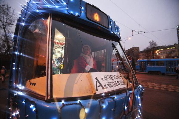 """W tym roku po raz pierwszy za jednym z tramwajów ciągną się """"cudowne"""" sanie z zaprzęgiem reniferów i prezentami - instalacja świetlna zamontowana na specjalnej platformie. - Sputnik Polska"""