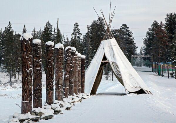 W wiosce Saamów można zapoznać się z pogańskimi bożkami, odwiedzić improwizowane zoo z rzadkimi zwierzętami z północy, nakarmić jelenie w ich naturalnym środowisku. - Sputnik Polska