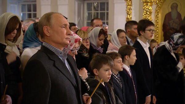 Władimir Putin wziął udział w nabożeństwie z okazji Bożego Narodzenia w jednej z najstarszych świątyń Petersburga - Sputnik Polska