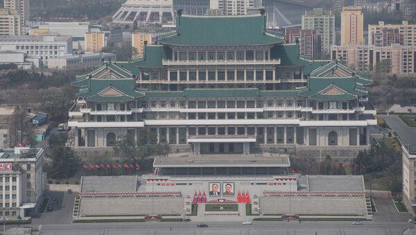 Widok na Bibliotekę Centralną Pjongjangu z Wieży Idei Dżucze - Sputnik Polska