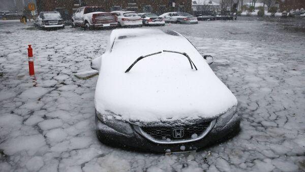 Samochód w lodowej pułapce po intensywnych opadach i gwałtownym ochłodzeniu w Bostonie, USA - Sputnik Polska