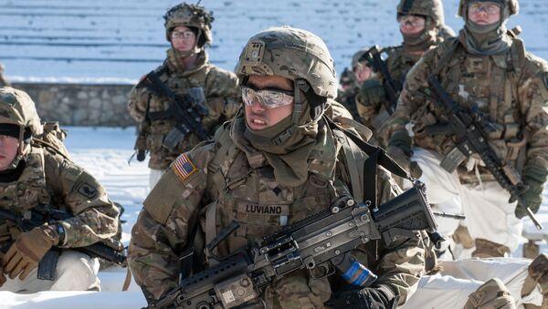 Amerykańscy żołnierze podczas demonstracji sprzętu wojskowego i broni NATO na Łotwie - Sputnik Polska