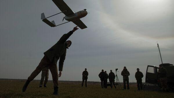 Żołnierz ukraińskiej armii z dronem - Sputnik Polska
