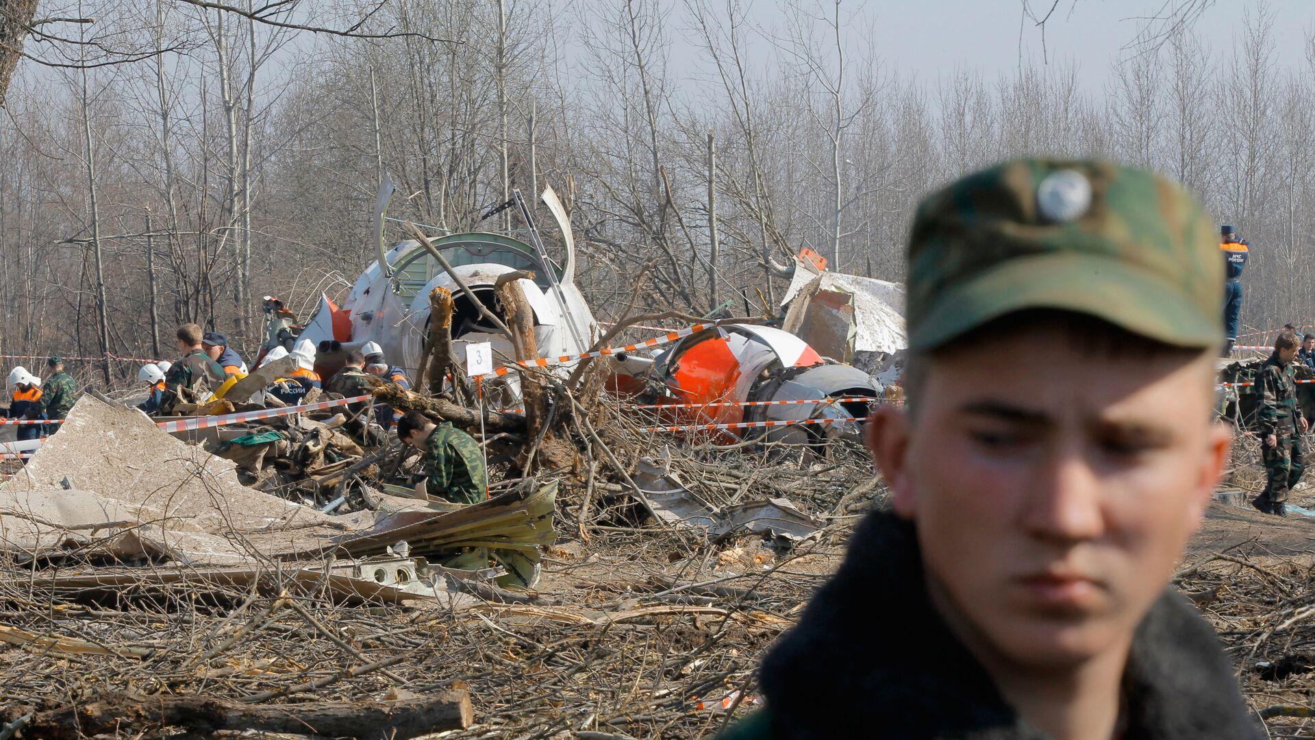 Służby ratunkowe na miejscu katastrofy polskiego samolotu rządowego Tu-154 pod Smoleńskiem - Sputnik Polska, 1920, 08.09.2021