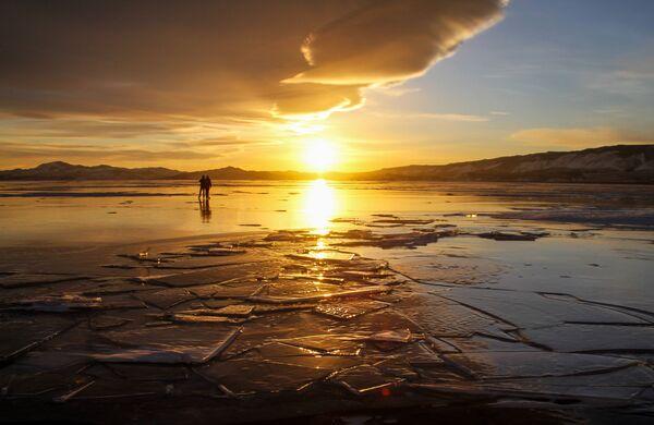 Lód na jeziorze Bajkał - Sputnik Polska