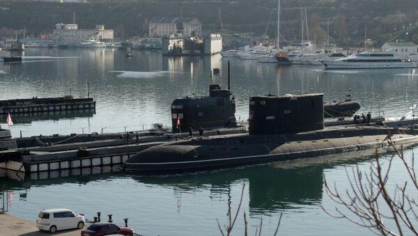 """Okręt podwodny """"Zaporoże"""" Marynarki Wojennej Ukrainy (po lewej) w Sewastopolu. Zdjęcie archiwalne - Sputnik Polska"""